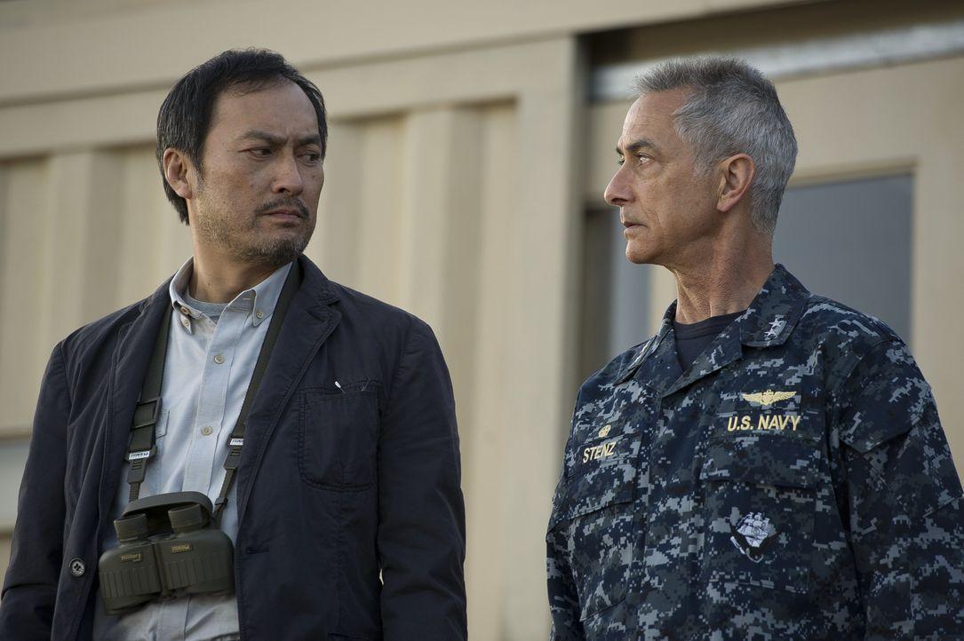 Während Admiral William Stenz (David Strathairn, r.) fest davon überzeugt ist, dass Godzilla Böses für die Menschheit im Gepäck hat, ahnt Dr. Ichiro... - Bildquelle: 2014 © Warner Bros.