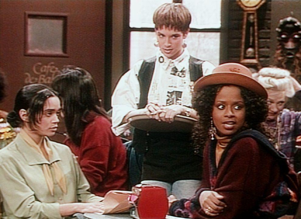Vanessa (Tempsett Bledsoe, r.) hört Denise (Lisa Bonet, l.) überhaupt nicht zu, sondern hat nur Augen und Ohren für den Jungen am Nebentisch. - Bildquelle: Viacom