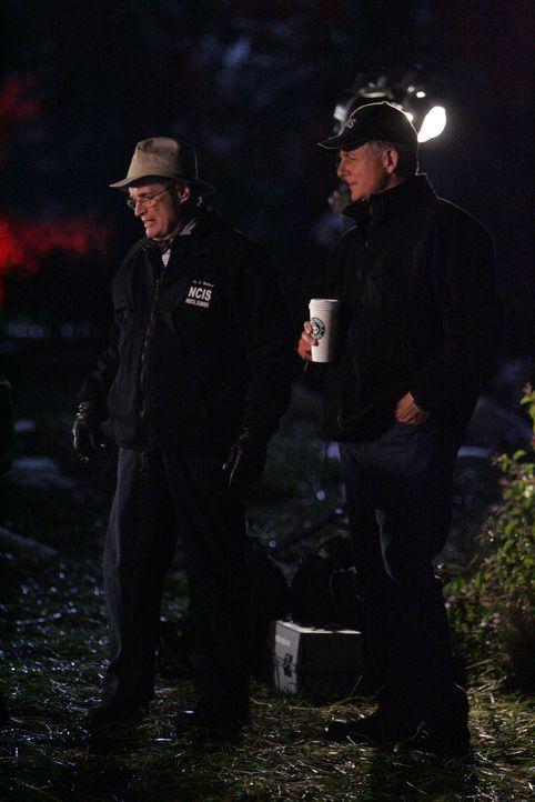 Im Zuge er Ermittlungen nehmen Gibbs (Mark Harmon, r.) und Ducky (David McCallum, l.) den Fundort der Leiche genau unter die Lupe ... - Bildquelle: CBS Television