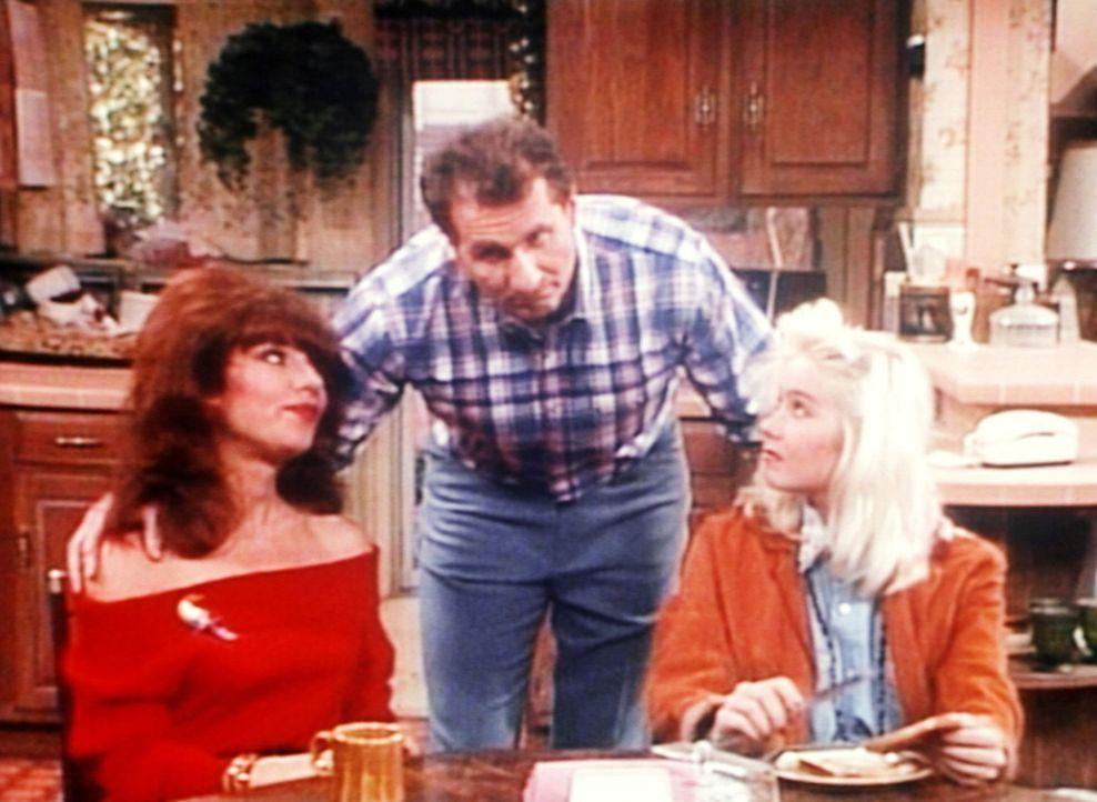 Al (Ed O'Neill, M.) eröffnet Peggy (Katey Sagal, l.) und Kelly (Christina Applegate, r.), dass er seine Führerscheinprüfung wiederholen muss. - Bildquelle: Columbia Pictures