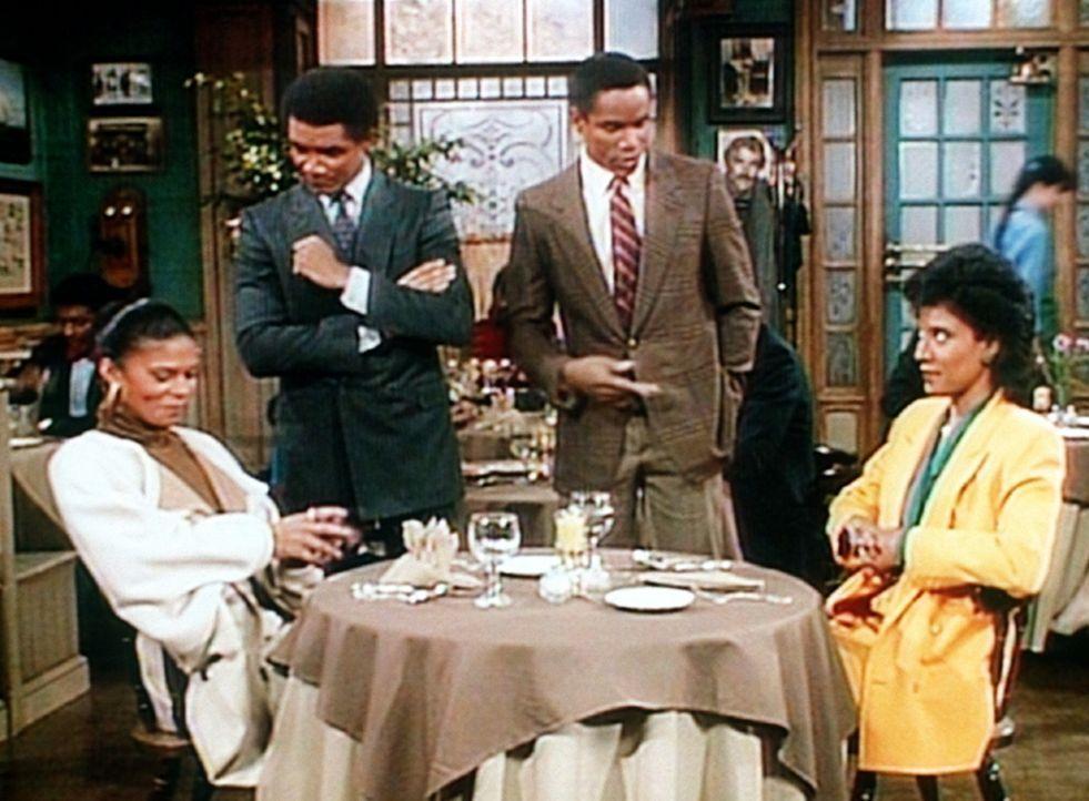 Clair (Phylicia Rashad, r.) und ihre Schwester Stella (Yvette Ervin, l.) werden in einem Restaurant von zwei Männern angemacht ... - Bildquelle: Viacom