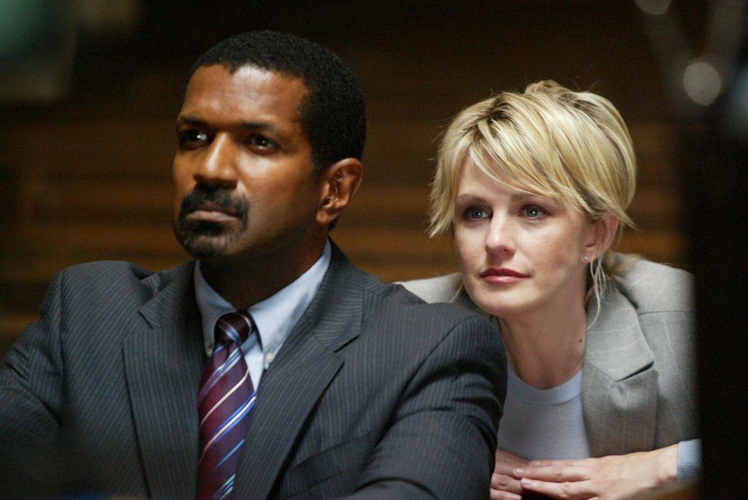 In einer Kirche hat sich Det. Lilly Rush (Kathryn Morris, r.) mit Tucker (Riff Hutton, l.) verabredet. Sie glaubt, dass er ihr im aktuellen Fall seh... - Bildquelle: Warner Bros. Television