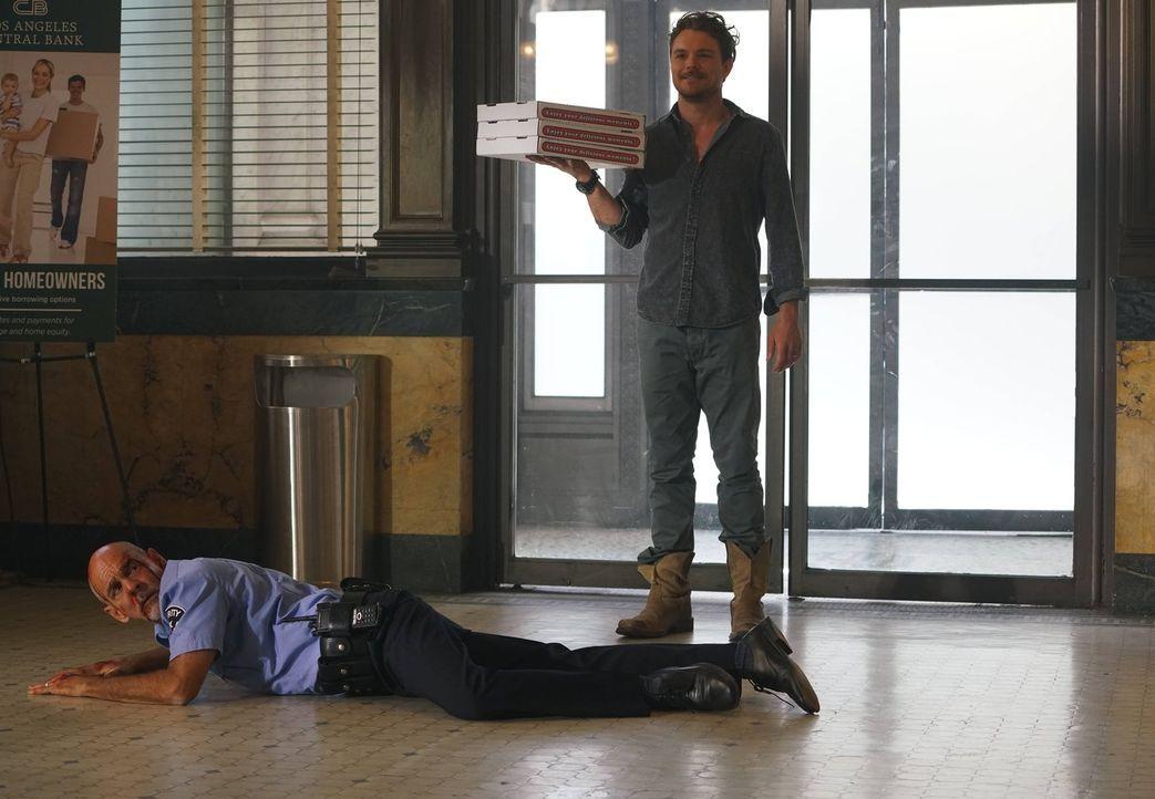 Ermittelt auf seine ganz besondere Weise: Martin Riggs (Clayne Crawford, r.), ein Cop mit selbstmörderischen Tendenzen ... - Bildquelle: 2016 Warner Brothers