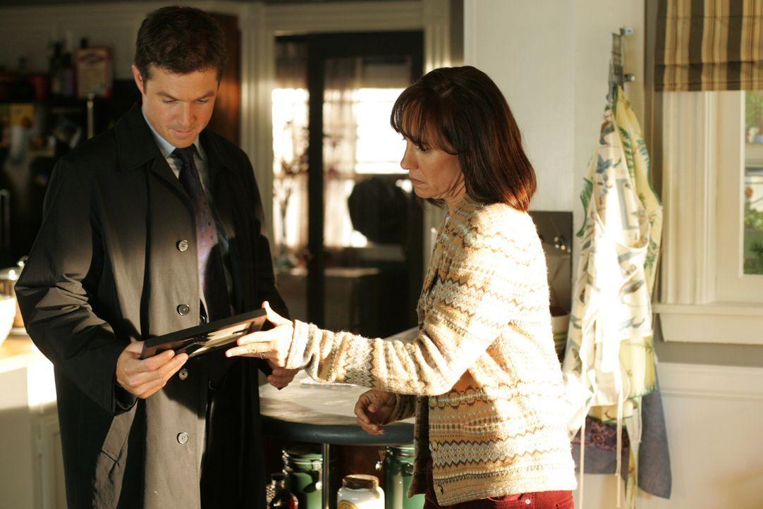 Susan Hopkins (Laurie Metcalf, r.) zeigt Martin Fitzgerald (Eric Close, l.) ein aktuelles Foto von ihrem verschwundenen Sohn Shawn … - Bildquelle: Warner Bros. Entertainment Inc.