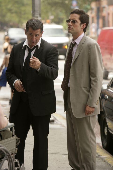 Anthony LaPaglia (l.) und EnriqueMurciano (r.) bei den Dreharbeiten. - Bildquelle: Warner Bros. Entertainment Inc.