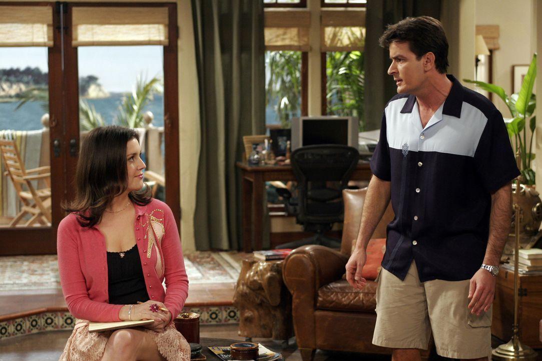 Rose (Melanie Lynskey, l.) bietet sich als Vermittlerin zwischen Charlie (Charlie Sheen, r.) und Alan an, um den aktuellen Zwist zu schlichten und d... - Bildquelle: Warner Bros. Television