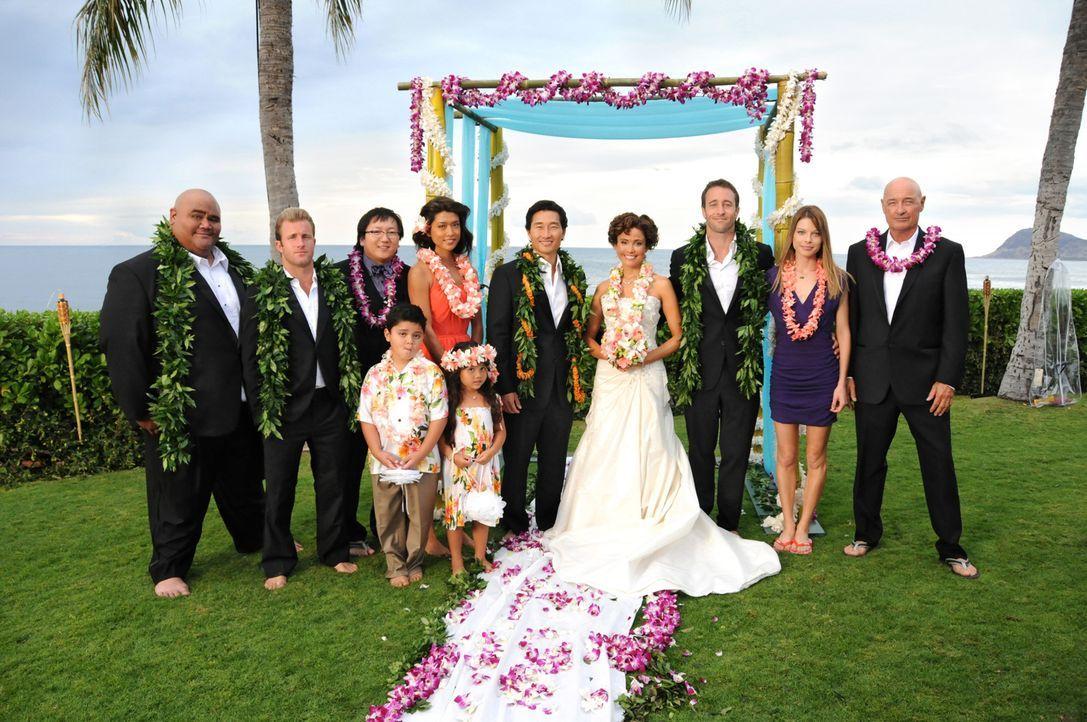 Feiern gemeinsam mit Chin Ho (Daniel Dae Kim, M.) und Malia (Reiko Aylesworth, 4.v.r.) den schönsten Tag im Leben: Kamekona (Taylor Wily, l.), Danny... - Bildquelle: TM &   CBS Studios Inc. All Rights Reserved.