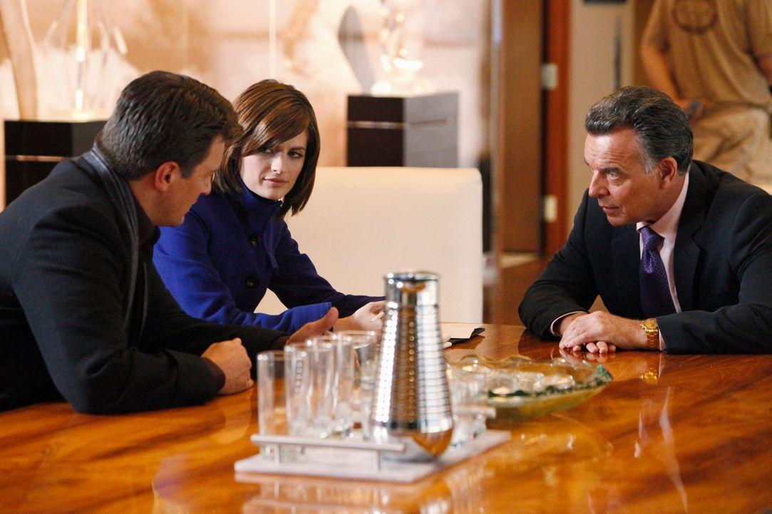 Richard Castle (Nathan Fillion, l.) und Kate Beckett (Stana Katic, M.) fühlen dem Agent des ermordeten Baseballspielers Cano Vega, Bobby Fox (Ray Wi... - Bildquelle: ABC Studios