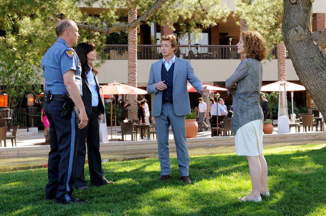 Gemeinsam wollen Patrick Jane (Simon Baker, 2.v.r.), Teresa Lisbon (Robin Tunney, 2.v.l.), Kristina Frye (Leslie Hope, r.) und Sheriff Burnside (Nic... - Bildquelle: Warner Brothers