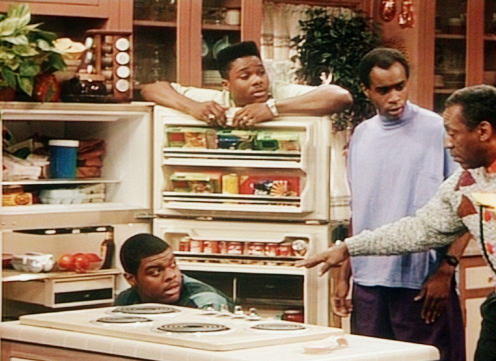 Cliff (Bill Cosby, r.) hat kein Verständnis dafür, wenn sich Theo (Malcolm-Jamal Warner, 2.v.l.) und seine Freunde, darunter Denny (Troy Winbush,... - Bildquelle: Viacom