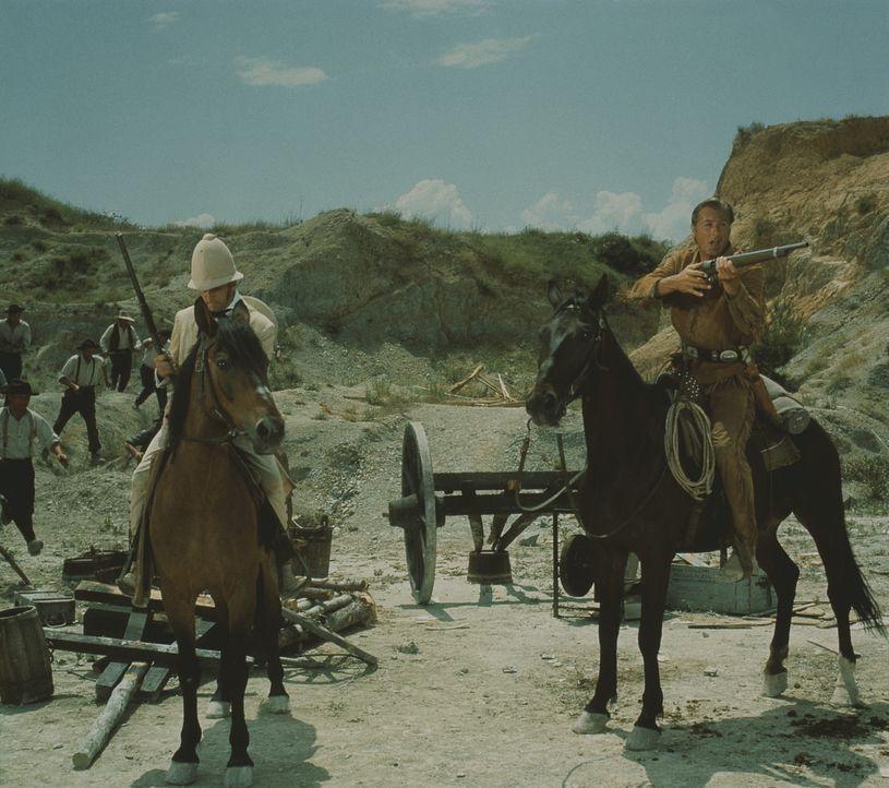 Ohne Old Shatterhand (Lex Barker, r.) wäre Lord Castlepools (Eddi Arent, l.) Skalp längst in die ewigen Jagdgründen eingegangen ... - Bildquelle: Columbia Pictures