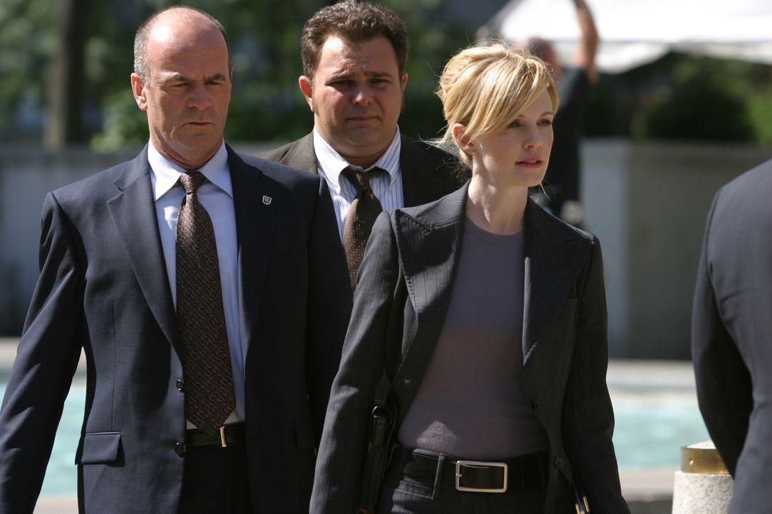 Arbeiten an einem schwierigen Fall: John (John Finn, l.), Nick (Jeremy Ratchford, M.) und Lilly (Kathryn Morris, r.) ... - Bildquelle: Warner Bros. Television