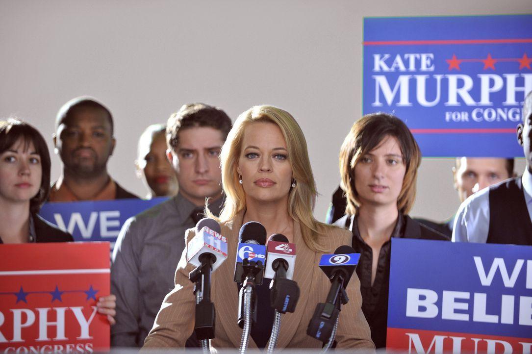 Dr. Kate Murphy (Jeri Ryan) muss sich für fehlende Erfolge bei den Ermittlungen vor der Presse rechtfertigen. Ob sie den Mörder doch noch finden wer... - Bildquelle: 2013 American Broadcasting Companies, Inc. All rights reserved.