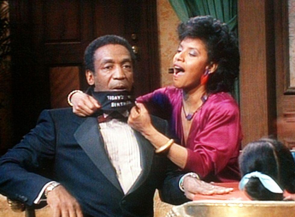 Cliff (Bill Cosby, l.) findet sich an seinem Geburtstag im Club von Lena Horne wieder, nachdem Clair (Phylicia Rashad, r.) ihm endlich die Augenbind... - Bildquelle: Viacom