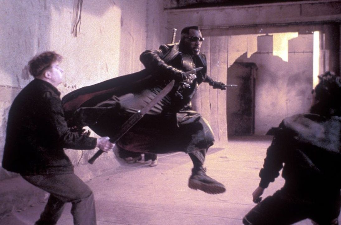 Eines Tages muss der erklärte Vampirjäger Blade (Wesley Snipes, M.) mit einer Legion sich rapide vermehrender, leichenblasser Biestern herumschlagen... - Bildquelle: New Line Cinema