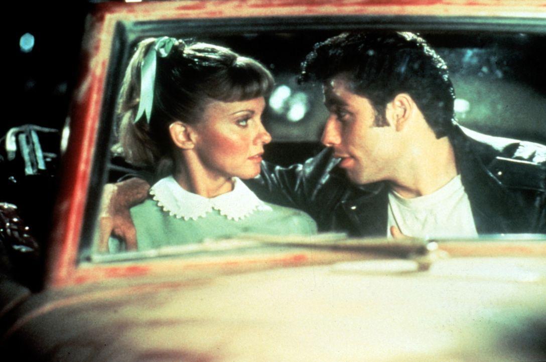 Zwischen Sandy (Olivia Newton-John, l.) und Danny (John Travolta, r.) entwickelt sich weit mehr als nur eine Ferienromanze ... - Bildquelle: Paramount Pictures