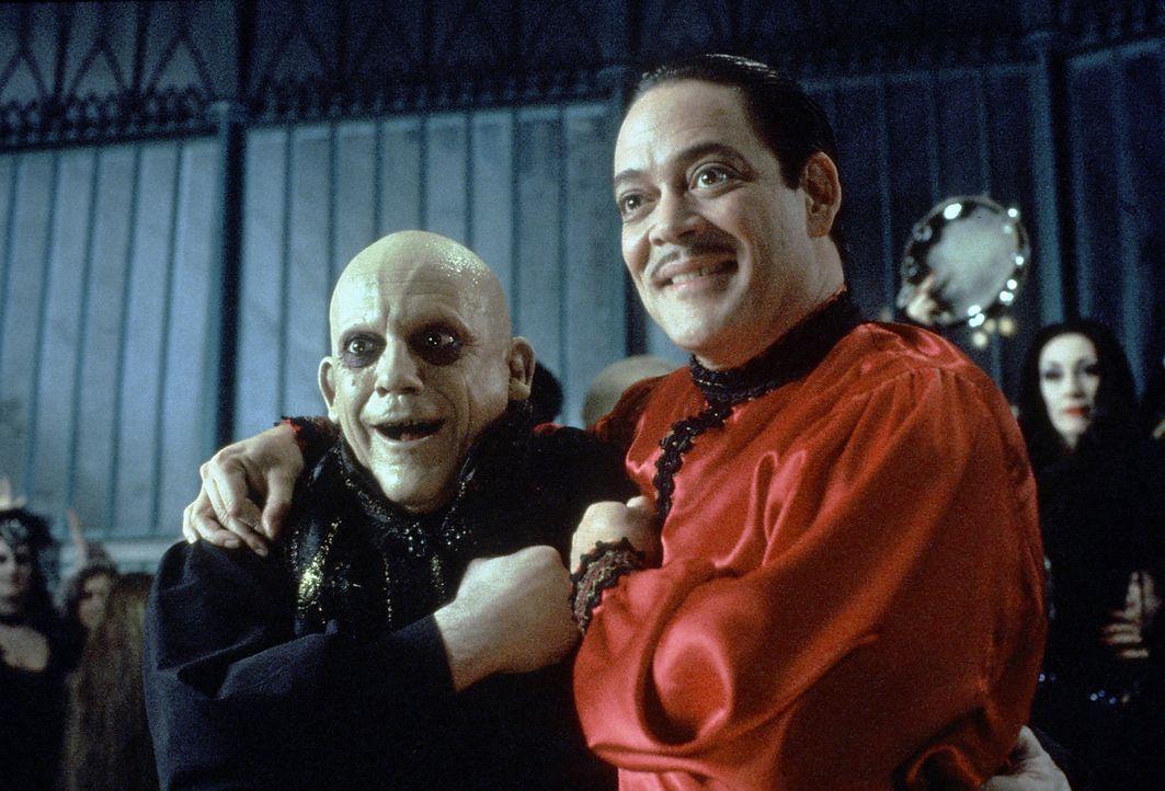 Der seit Jahren verschollene Onkel Fester (Christopher Lloyd, l.) taucht bei Familie Addams auf. Natürlich freut sich sein Bruder Gomez (Raul Julia... - Bildquelle: Paramount Pictures Global