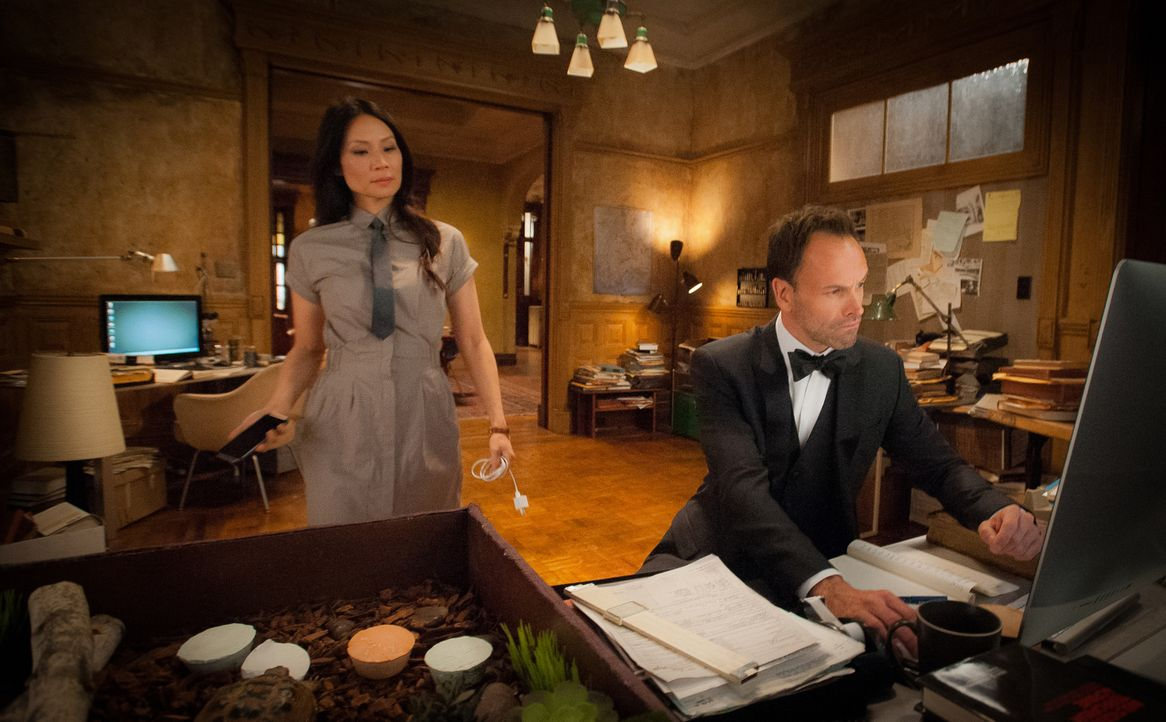 Ein Mord an zwei Männern, die sich zum Verwechseln ähnlich sahen, führt Holmes (Jonny Lee Miller, r.) und Watson (Lucy Liu, l.) in die Welt der Gesi... - Bildquelle: 2015 CBS Broadcasting, Inc. All Rights Reserved