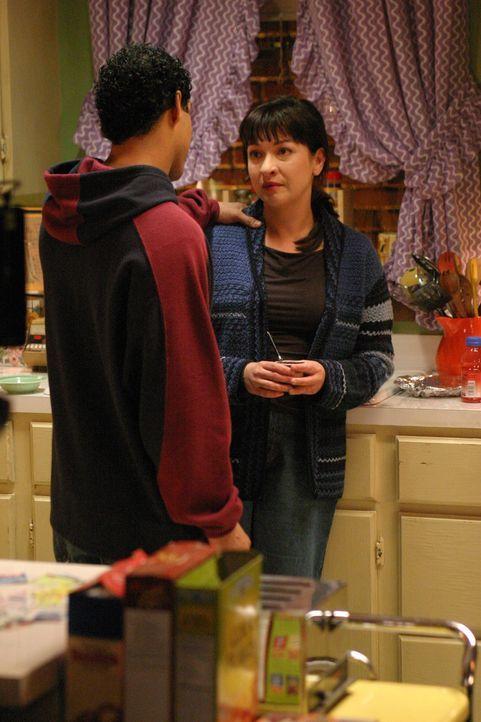 Was geschah an dem Abend, als Rosie Diaz (Elizabeth Pena, r.) plötzlich verschwand? Hat Luis Alvarez (Jon Huertas, l.) etwas damit zu tun? - Bildquelle: Warner Bros. Entertainment Inc.