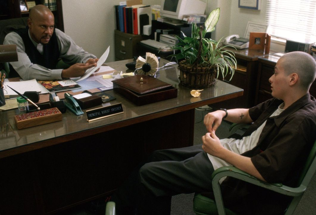 Dem engagierten schwarzen Lehrer Bob Sweeney (Avery Brooks, l.) gelingt es nicht, zu dem rechtsradikalen Danny (Edward Furlong, r.) durchzudringen ... - Bildquelle: 1998 Warner Broth.