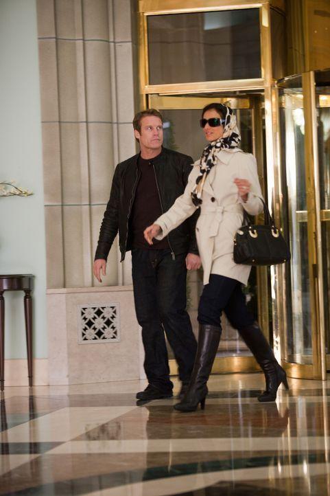 Gehen in das Hotel, das früher oft von Marshall Pucci besucht wurde: Ilsa Pucci (Indira Varma, r.) und Chance (Mark Valley, l.) ... - Bildquelle: 2011  Warner Bros.