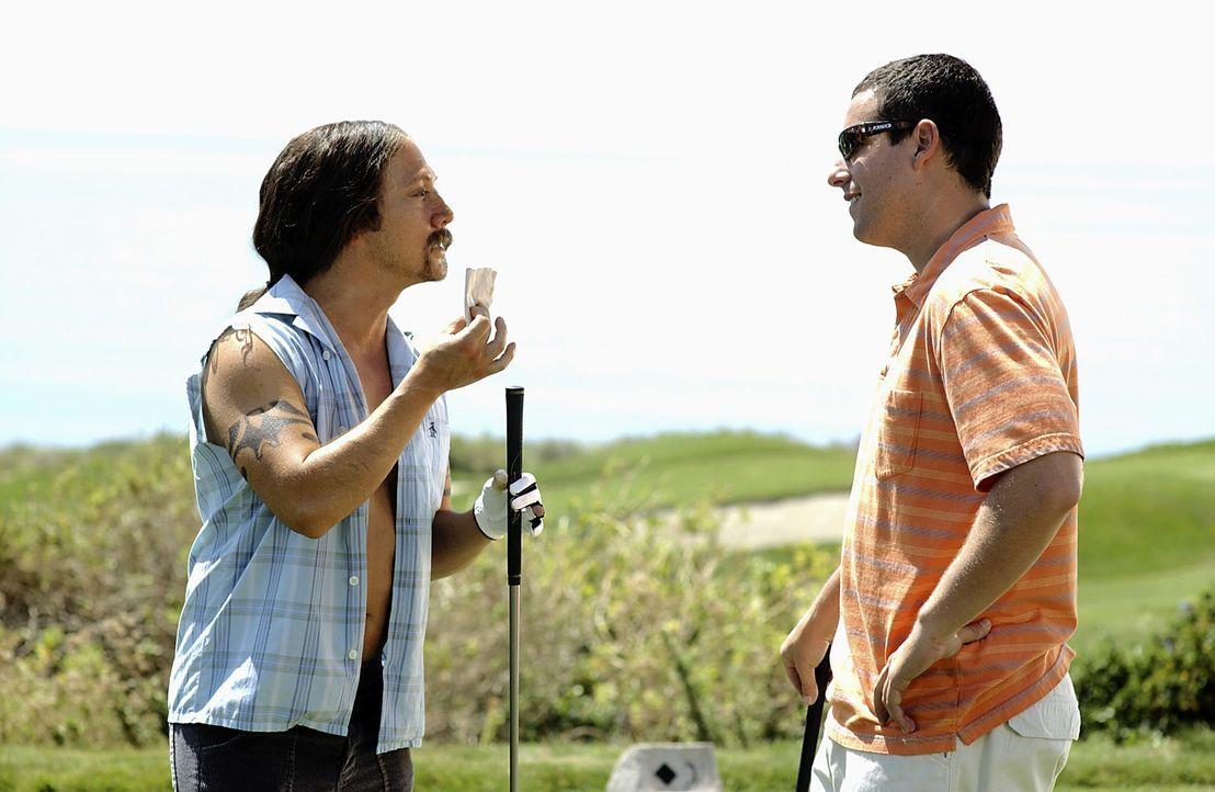 Gemeinsam mit Ula (Rob Schneider, l.) überlegt sich Henry (Adam Sandler, r.) einen Plan, wie er Lucy für sich gewinnen kann ... - Bildquelle: Sony Pictures Television International. All Rights Reserved.