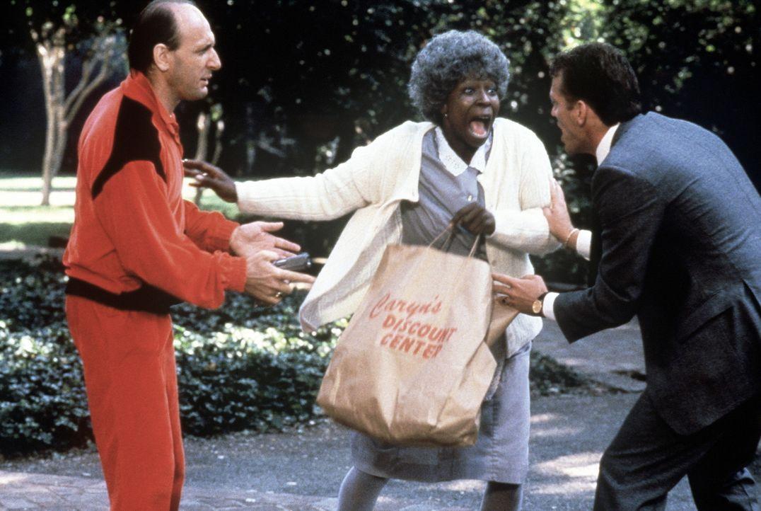 Selbst von zwei Männern (Scott Lincoln, r. und Eric Poppick, l.) auf einmal lässt sich die Diebische Elster Bernice (Whoopi Goldberg, M.) nicht au... - Bildquelle: Warner Bros.