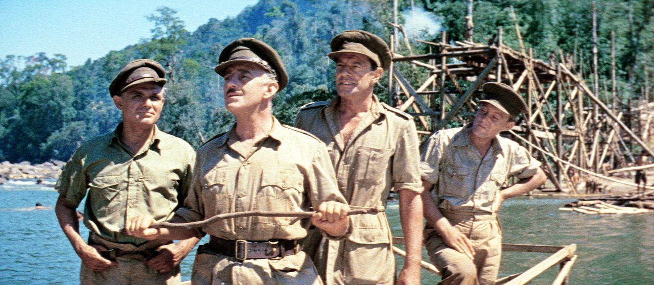 Oberst Nicholson (Alec Guinness, 2.v.l.) bespricht mit seinen Männern die weitere Vorgehensweise beim Bau der Brücke ...