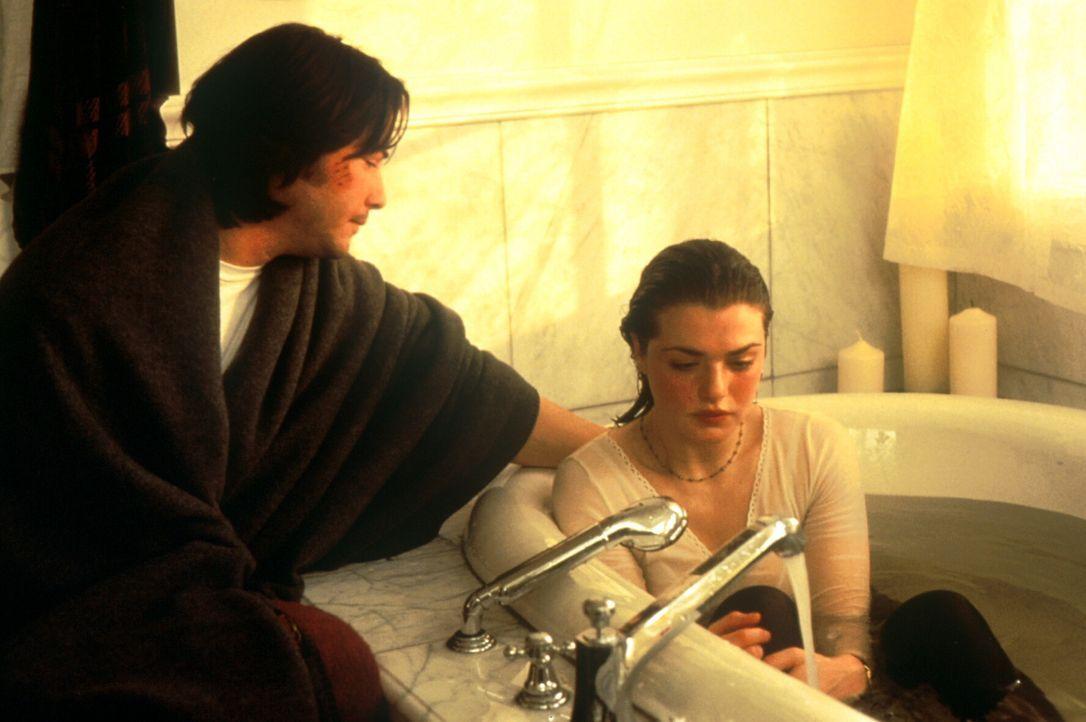 Das FBI verdächtigt Dr. Lily Sinclair (Rachel Weisz, r.) und den Maschinenbaustudenten Eddie Kasalivich (Keanu Reeves, l.) der Zerstörung des Forsch...