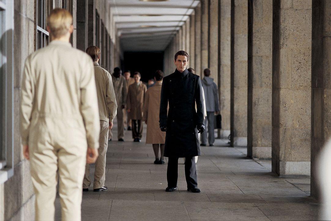 Als John Preston (Christian Bale) seine tägliche Dosis Prozium auslässt, gerät seine Welt ins Wanken. Er entwickelt menschliche Regungen, verlieb... - Bildquelle: Dimension Films