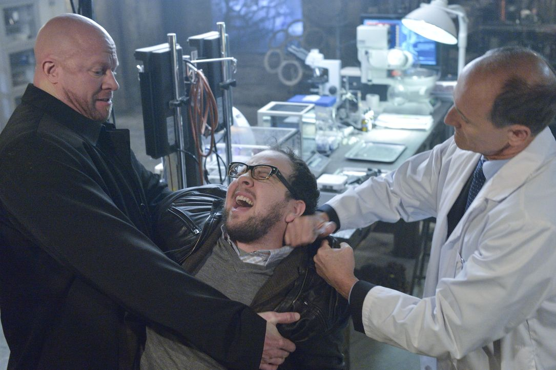 J.T. (Austin Basis, M.) wird entführt. Er soll für seinen Kidnapper ein Serum herstellen, das Muirfield benutzt hat, um die Bestien zu erschaffen ..... - Bildquelle: 2013 The CW Network, LLC. All rights reserved.