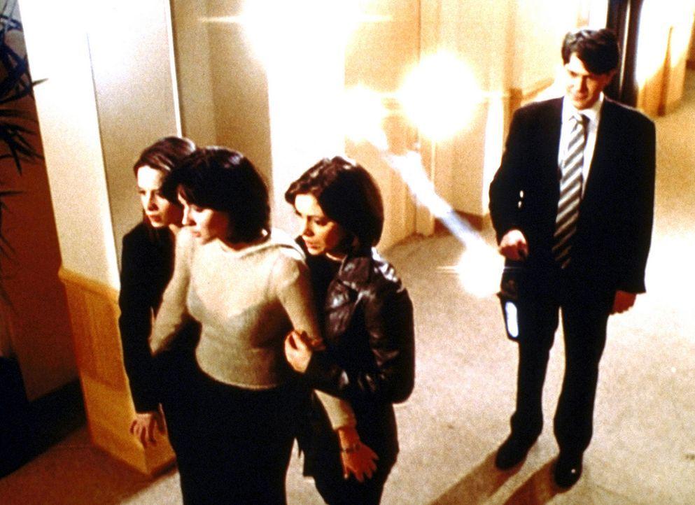 Rex Buckland (Neil Roberts, r.) ist endlich am Ziel: Es ist ihm gelungen, die Halliwell-Schwestern Piper (Holly Marie Combs, l.), Prue (Shannen Dohe... - Bildquelle: Paramount Pictures