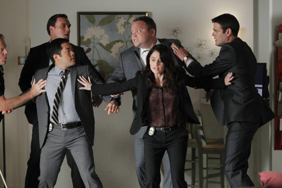 Bei der Aufklärung eines Mordfalles gerät das CBI-Team mit den Leuten vom FBI aneinander: Wayne (Owain Yeoman, 2.v.l.), Kimball (Tim Kang, 3.v.l.),... - Bildquelle: Warner Bros. Television