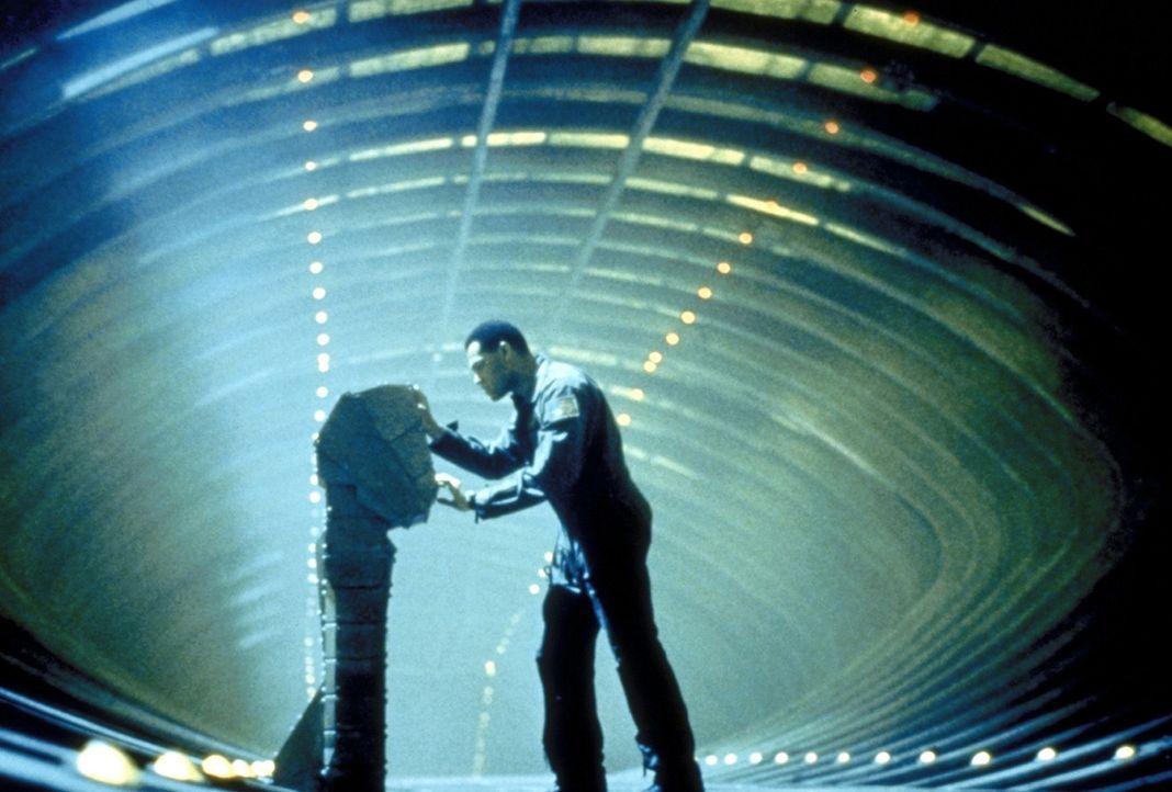 In seiner hoffnungslosen Verzweiflung versucht Captain Miller (Lawrence Fishburne), die Selbstzerstörung der Event Horizon zu aktivieren, um das To... - Bildquelle: Paramount Pictures