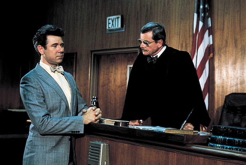 Der Anwalt David Bedford (John Larroquette, l.) schafft es, Walter aus dem Gefängnis herauszuholen, wohl auch, weil Richter Harold Bedford (William... - Bildquelle: TriStar Pictures
