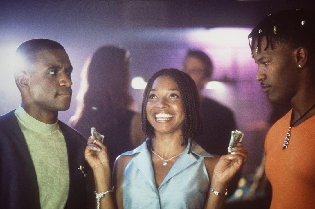 Nikki (Tamala Jones, M.) ahnt nicht, dass Bunz (Jamie Foxx, r.) und Rushon (Tommy Davidson, l.) eine unmoralische Wette geschlossen haben ... - Bildquelle: 1997 Columbia Pictures Industries, Inc. All Rights Reserved.