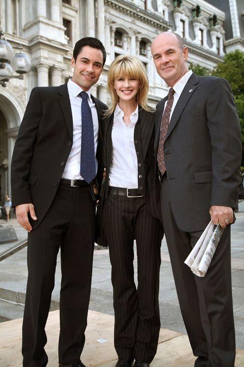 Ein neuer Fall bereitet ihnen Kopfzerbrechen: Scott (Danny Pino, l.), Lilly (Kathryn Morris, M.) und John (John Finn, r.) ... - Bildquelle: Warner Bros. Television