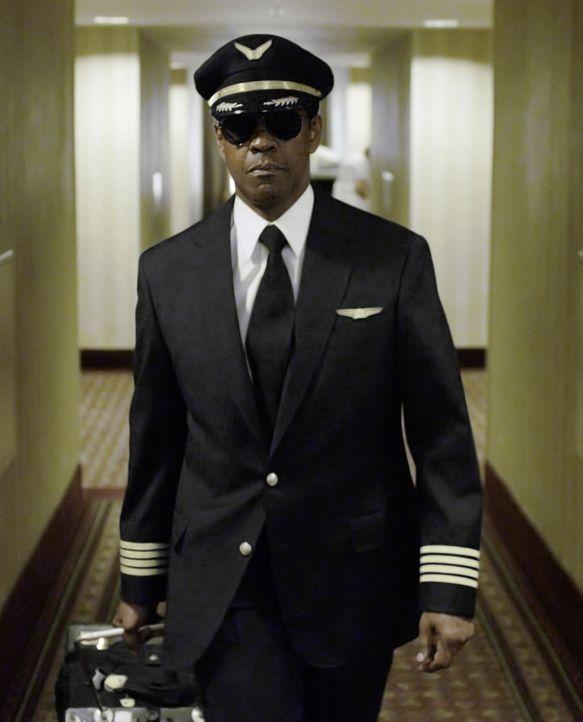 Obwohl er dank einer gezielten Bruchlandung hunderten von Passagieren das Leben gerettet hat, muss Pilot Whip Whitaker (Denzel Washington) nun um se... - Bildquelle: Robert Zuckerman 2012 PARAMOUNT PICTURES. ALL RIGHTS RESERVED.