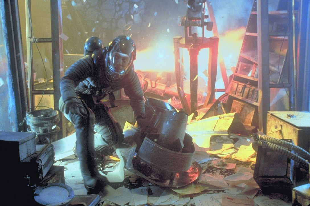 Die Raumschiffbesatzung des Sanitätsraumschiffs Nightingale 229 steht vor einem großen Problem: Ein gigantischer Stern droht, zu explodieren ... - Bildquelle: Metro-Goldwyn-Mayer