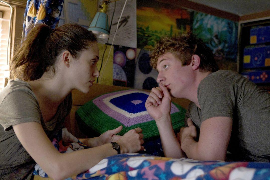 Sollte Lip (Jeremy Allen White, r.) wieder in die Schule zurückkehren, verspricht ihm Fiona (Emmy Rossum, l.), dass sie ihren Abschluss nachholt. Ke... - Bildquelle: 2010 Warner Brothers