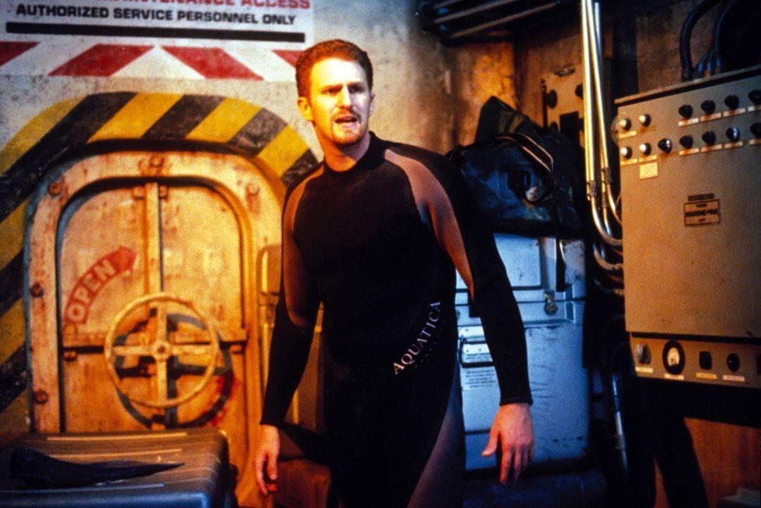 Tom Scoggins (Michael Rapaport) kann nicht glauben, dass aus den harmlosen Versuchshaien intelligente Killer geworden sind ... - Bildquelle: Warner Bros. Pictures