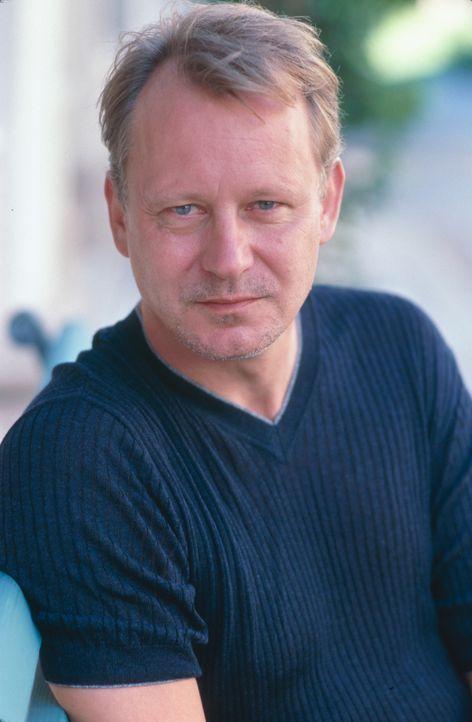 Inszeniert ein tödliches Spiel: Terry Glass (Stellan Skarsgård) ... - Bildquelle: 2003 Sony Pictures Television International. All Rights Reserved.