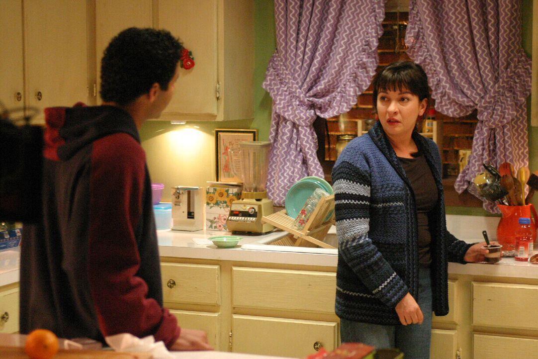 Hat der junge Luis Alvarez (Jon Huertas, l.) etwas mit dem plötzlichen Verschwinden von Rosie Diaz (Elizabeth Pena, r.) zu tun? - Bildquelle: Warner Bros. Entertainment Inc.