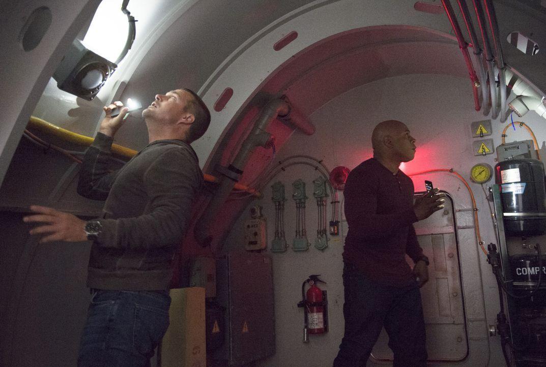 Verzweifelt versuchen Callen (Chris O'Donnell, l.) und Sam (LL Cool J, r.), einen Ausweg aus dem U-Boot zu finden, in dem sie von Terroristen gefang... - Bildquelle: 2014 CBS Broadcasting, Inc. All Rights Reserved.