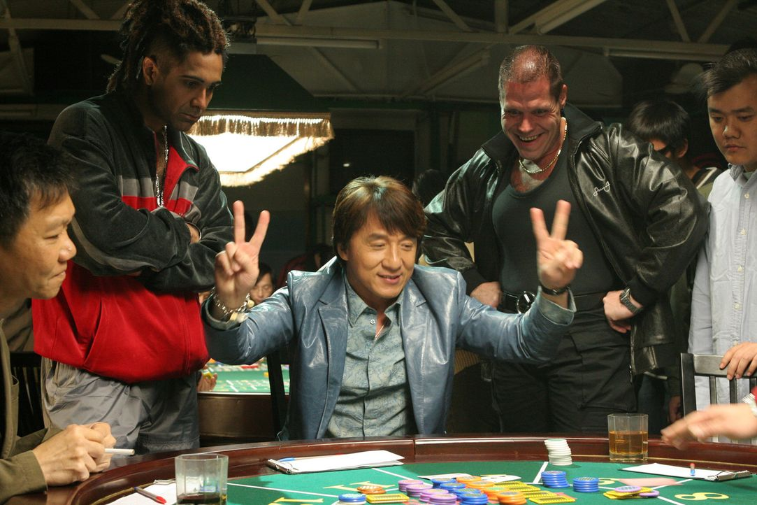 Da der Einbrecher Thongs (Jackie Chan, M.) seine Beute-Einkünfte regelmäßig beim Glücksspiel verprasst und sein Kompagnon Octopus seine Moneten...