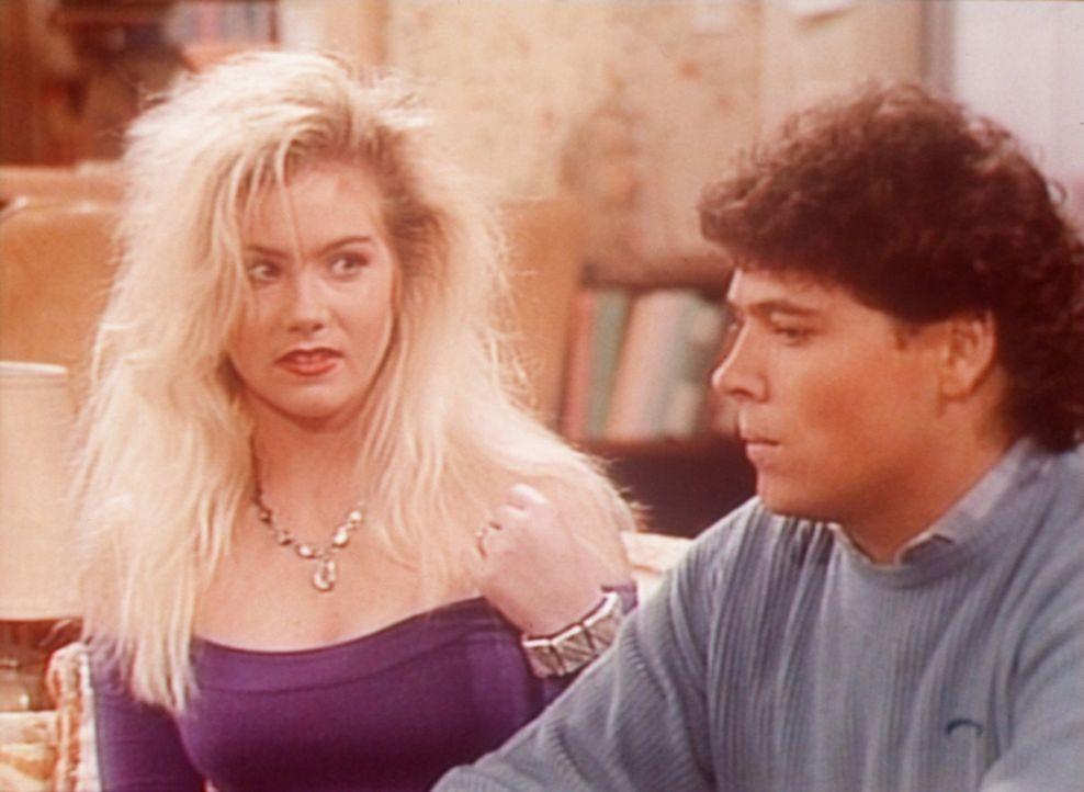 Kelly (Christina Applegate, l.) versucht, mit Matt (Beau Dremann, r.) zu flirten, doch der interessiert sich nur für Football. - Bildquelle: Columbia Pictures