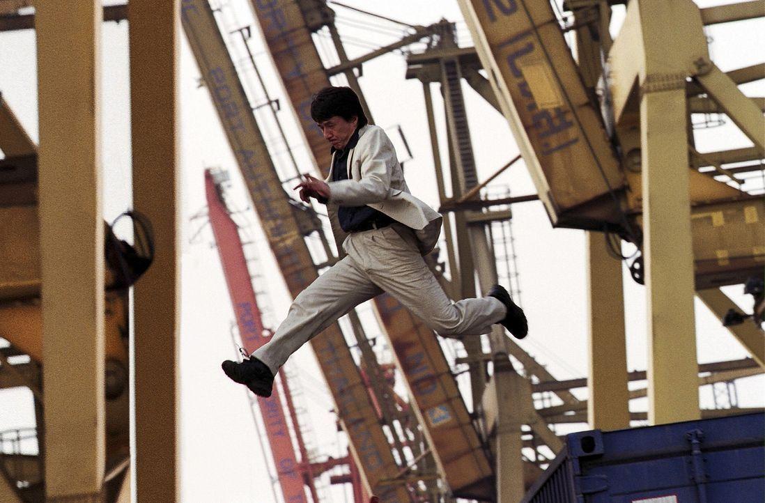 Als dem Hongkonger Detektiven Eddie Yang (Jackie Chan) ein geheimnisvolles Medaillon in die Hände fällt, erlangt er noch nie da gewesene Kräfte -... - Bildquelle: 2004 Sony Pictures Television International. All Rights Reserved.