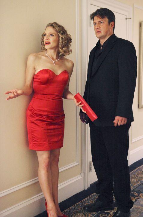 Richard Castle (Nathan Fillion, r.) ist es äußerst unangenehm, dass Kate Beckett ausgerechnet in dem Moment auftaucht, als er und Kristin Lehman (Se... - Bildquelle: 2011 American Broadcasting Companies, Inc. All rights reserved.