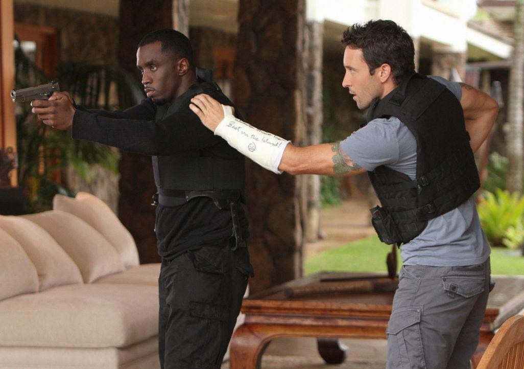 Als bei einem Angriff die Frau von Undecover-Cop Reggie Cole (Sean Combs, l.) erschossen wird, untersuchen Steve (Alex O'Loughlin, r.) und sein Team... - Bildquelle: 2011 CBS BROADCASTING INC.  All Rights Reserved.
