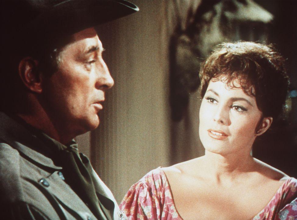 Nach allen Regeln der Kunst umwirbt der kauzige Sheriff Harrah (Robert Mitchum, l.) die charmante Maudie (Charlene Holt, r.) ... - Bildquelle: Paramount Pictures
